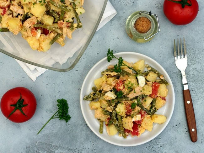 Salad with potatoes, tomatoes, tuna, green beans and egg